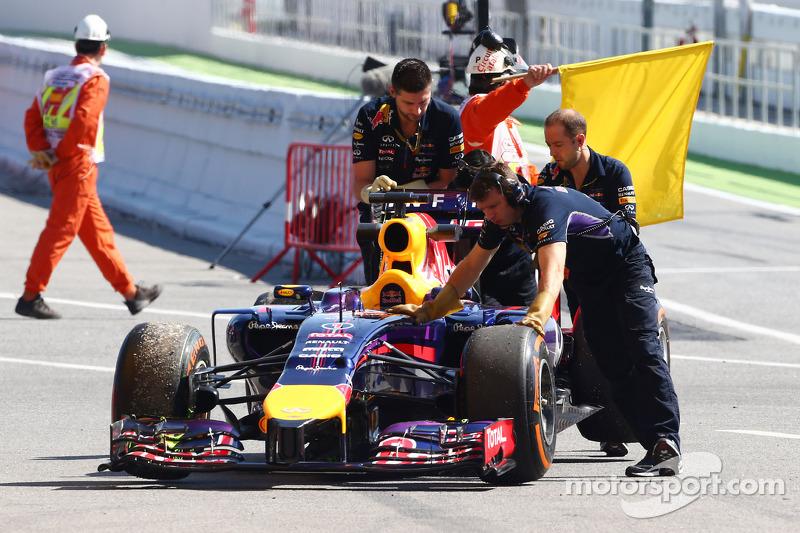 La Red Bull Racing RB10 di Sebastian Vettel, Red Bull Racing viene portata di nuovo ai box dopo essersi fermata in pista durante l'FP1