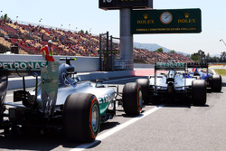 Daniel Ricciardo, Red Bull Racing RB10, Lewis Hamilton, Mercedes AMG F1 W05 ve Nico Rosberg, Mercedes AMG F1 W05 pit yolu çıkışında