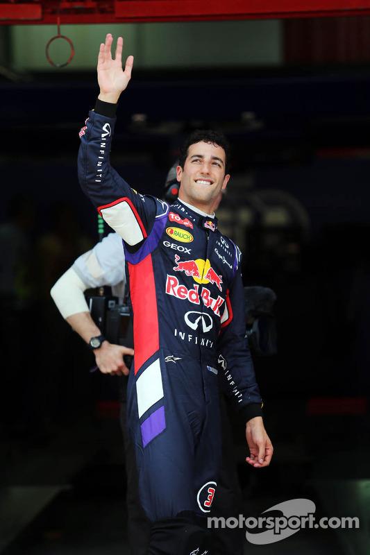 Daniel Ricciardo, Red Bull Racing kapalı parkta üçüncü sıra için kutlama yapıyor