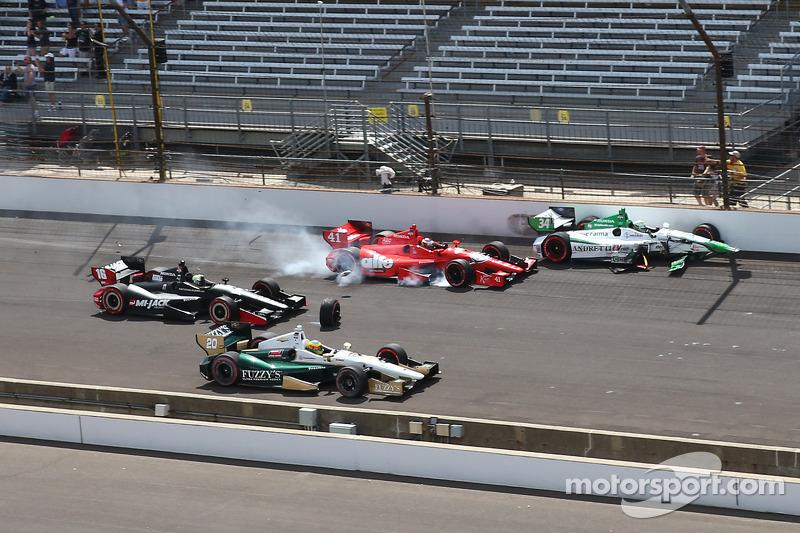 Carlos Munoz, Andretti Autosport Honda ve Martin Plowman, A.J. Foyt Enterprises Honda start kazasına karışıyor