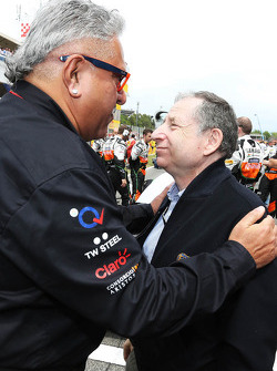 (Da sinistra a destra): Dr. Vijay Mallya, Proprietario Sahara Force India F1 Team con Jean Todt, Presidente FIA President sulla griglia di partenza