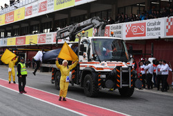 the car of Marcus Ericsson, Alfa Romeo Sauber C37 is recovered to the pits