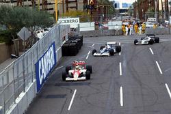 Айртон Сенна, McLaren Honda MP4/5B, Жан Алези, Tyrrell 018 Ford, и Грегор Фойтек, Brabham Judd BT58
