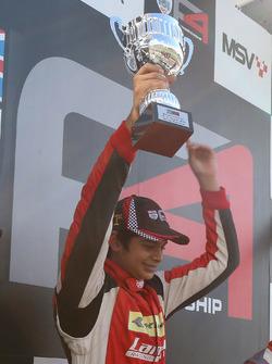 Carrera 3, podio: ganador Arjun Maini, Lanan Racing