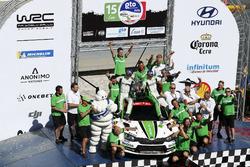 Yarış galibi WRC2 Pontus Tidemand, Jonas Andersson, Škoda Motorsport Škoda Fabia R5 with the team