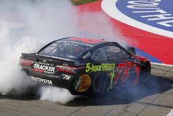 Ganador, Martin Truex Jr., Furniture Row Racing, Toyota Camry Bass Pro Shops/5-hour ENERGY