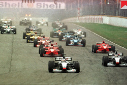 Start zum GP Argentinien 1998 in Buenos Aires: David Coulthard, McLaren MP4-13, führt