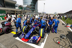 The Toro Rosso team prepare the car of Pierre Gasly, Toro Rosso STR13 Honda, on the grid