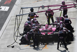 Esteban Ocon, Force India VJM11, pit stop