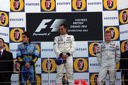 Podio: il secondo classificato Fernando Alonso, Renault F1 Team, il vincitore della gara Juan Pablo Montoya, McLaren, il terzo classificato Kimi Raikkonen, McLaren