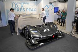 Технический директор Volkswagen Motorsport Франсуа-Ксавье Демезон и руководитель команды Свен Сметс с Volkswagen I.D. R Pikes Peak