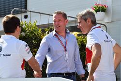 Xevi Pujolar, de Head of Track Engineering bij Sauber, met Jos Verstappen