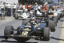 Nigel Mansell, Lotus 87-Ford Cosworth in the pitlane
