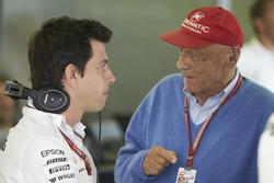 Руководитель Mercedes AMG F1 Тото Вольф и неисполнительный директор Mercedes AMG F1 Ники Лауда