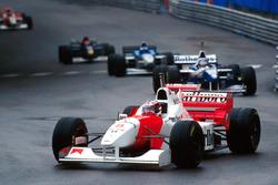 David Coulthard, McLaren MP4/11B, draagt Michael Schumacher's reservehelm