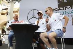 Valtteri Bottas, Mercedes AMG F1, Lewis Hamilton, Mercedes AMG F1, e Bob Constanduros