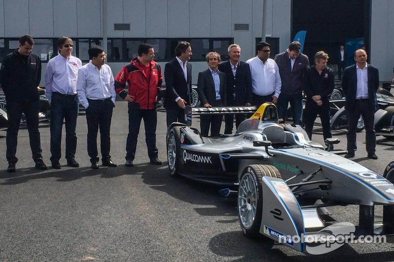 Le prime 10 vetture di Formula E vengono consegnate e presentate: CEO Formula E Alejandro Agag con Alain Prost e altri proprietari dei team