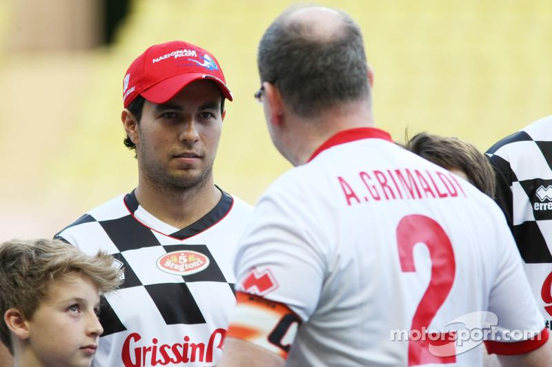 Sergio Perez, Sahara Force India F1, con il Principe Alberto di Monaco alla partita di calcio benefica