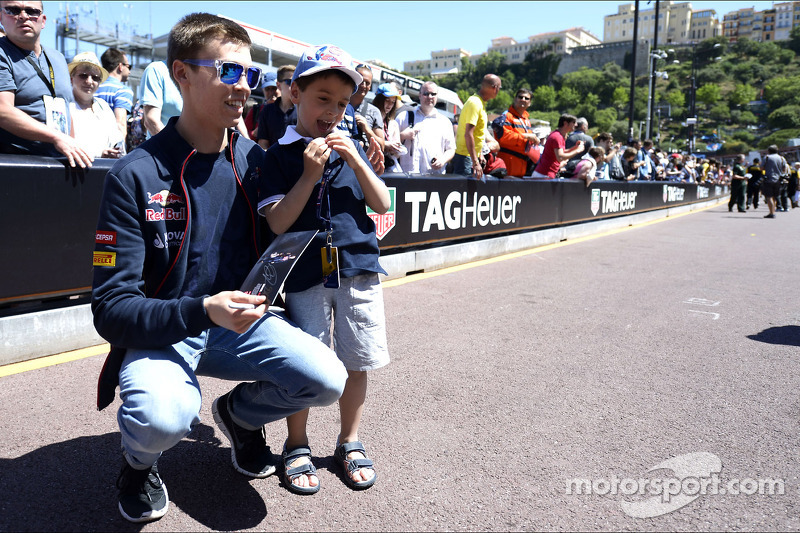 Daniil Kvyat, Scuderia Toro Rosso with a young fan