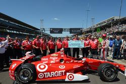 Scott Dixon, Chip Ganassi Racing Chevrolet and his crew celebrate