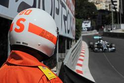 Commissario osserva Lewis Hamilton, Mercedes AMG F1 W05