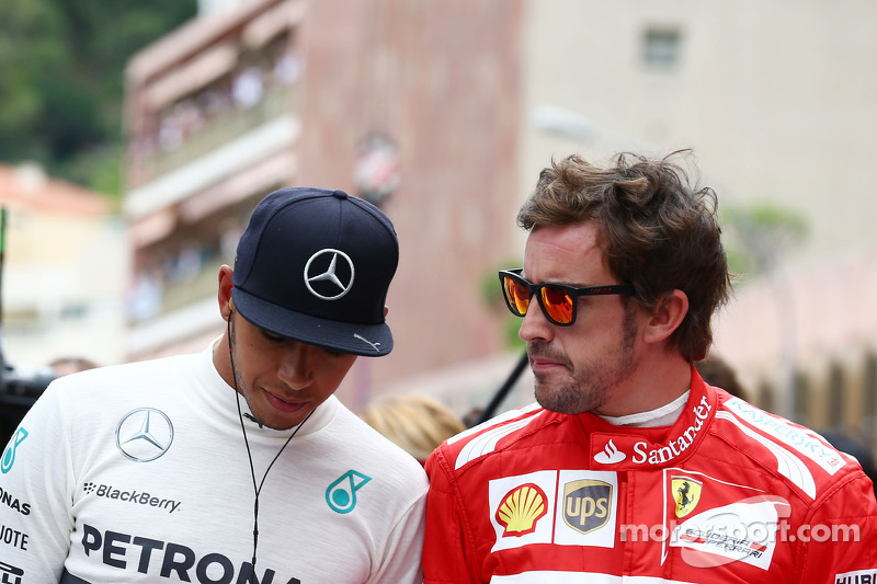 (L to R): Lewis Hamilton, Mercedes AMG F1 and Fernando Alonso, Ferrari pay their respects to Sir Jack Brabham, on the grid