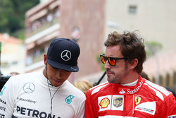 Lewis Hamilton, Mercedes AMG F1 y Fernando Alonso, Ferrari presentar sus respetos a Sir Jack Brabham, en la parrilla