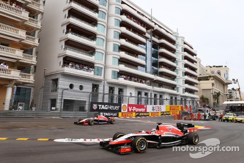 玛鲁西亚F1车队MR03赛车车手朱尔斯·比安奇和跑大了的队友玛鲁西亚F1 MR04车手马克斯·齐尔顿在维修通道