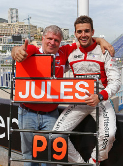 Jules Bianchi, Marussia F1 Team; Marussia-Team;  Andrei Cheglakov, Marussia, Teambesuítzer, feiern 1. WM-Punkt