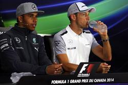 (从左至右): 刘易斯·汉密尔顿, 梅赛德斯 AMG F1车队 和 简森·巴顿, 迈凯伦 出席FIA新闻发布会