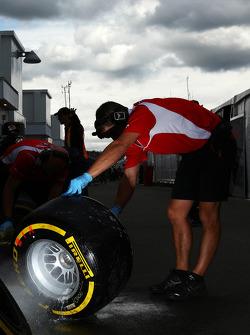Marussia F1 Team, Mechaniker waschen einen Pirelli-Reifen