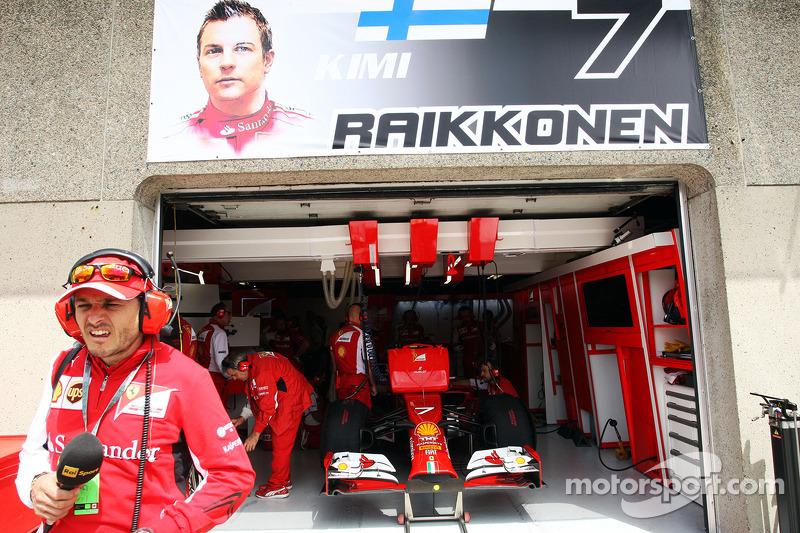 Giancarlo Fisichella Kimi Raikkonen'in garajı dışında, Ferrari