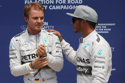Ganador de la pole position Nico Rosberg, Mercedes AMG F1 celebrate con Lewis Hamilton, Mercedes AMG F1
