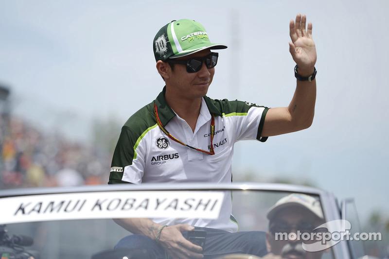 卡特汉姆F1车队的小林可梦伟在车手巡游会上