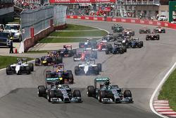 (Da sinistra a destra): Lewis Hamilton, Mercedes AMG F1 W05 e il compagno di squadra Nico Rosberg, Mercedes AMG F1 W05 si battono per il comando alla partenza