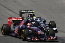 Daniil Kvyat, Scuderia Toro Rosso STR9 ve Esteban Gutierrez, Sauber C33 pozisyon için mücadele ediyor