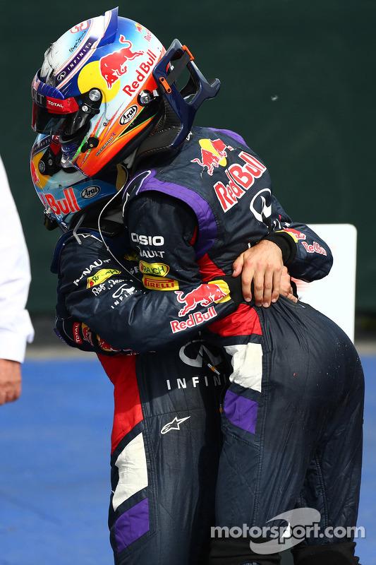 terceiro colocado Sebastian Vettel, Red Bull Racing, com o primeiro lugar: Daniel Ricciardo, Red Bull Racing RB10