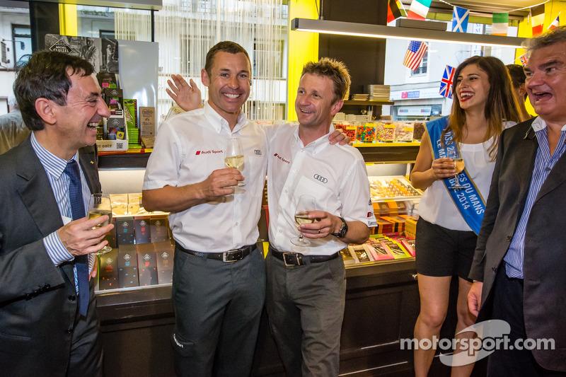 El izi seremonisi: 2013 24 Saat Le Mans Kazanan Tom Kristensen ve Allan McNish ve Miss 24 Saat Le Mans 2014 ve ACO Başkanı Pierre Fillon