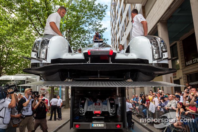 #1 Audi Sport Team Joest Audi R18 E-Tron Quattro chegando para a inspeção