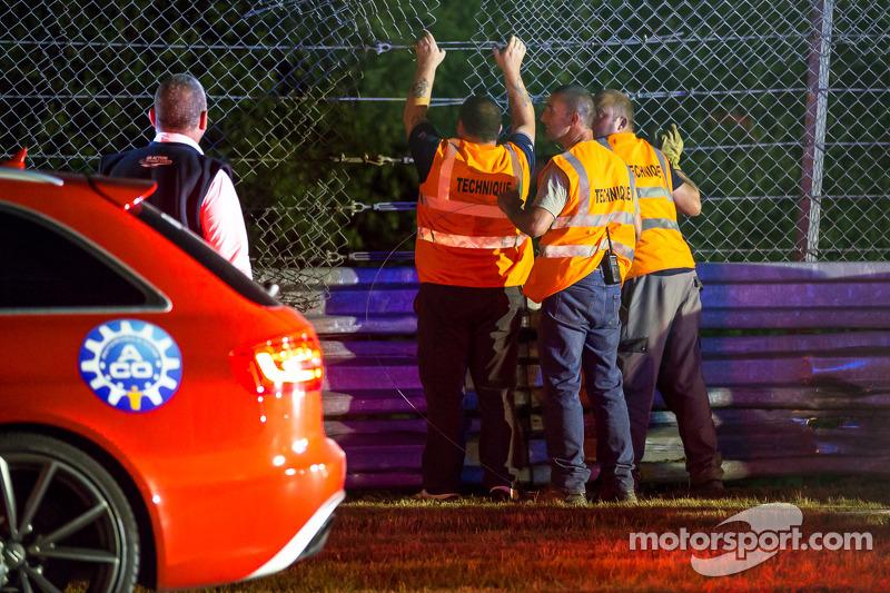 Lavoratori cercano di riparare la recinzione, ma il danno richiede di interrompere la sessione