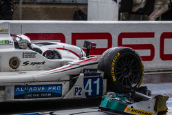 #41 Greaves Motorsport Zytek Z11SN - Nissan: Rudolf Nunemann, Alessandro Latif, James Winslow pitte ve damage