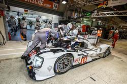Pit stop para o # 14 da equipe Porsche Porsche 919 híbrido: Romain Dumas, Neel Jani, Marc Lieb