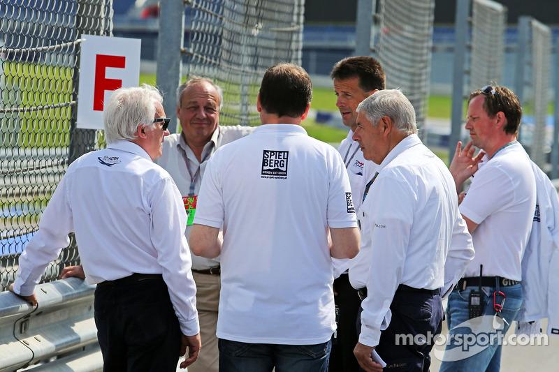 Charlie Whiting, FIA Delegesi pisti denetliyor