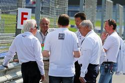 Charlie Whiting, delegado de la FIA inspecciona el circuito