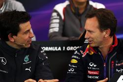 托托·沃尔夫, 梅赛德斯AMG F1车队股东和执行总监,和克里斯蒂安·霍纳, 红牛车队领队,在国际汽联新闻发布会上