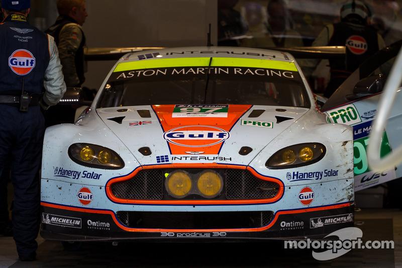 Problemi per la # 97 Aston Martin Racing Aston Martin Vantage V8: Darren Turner, Stefan Mücke, Bruno Senna