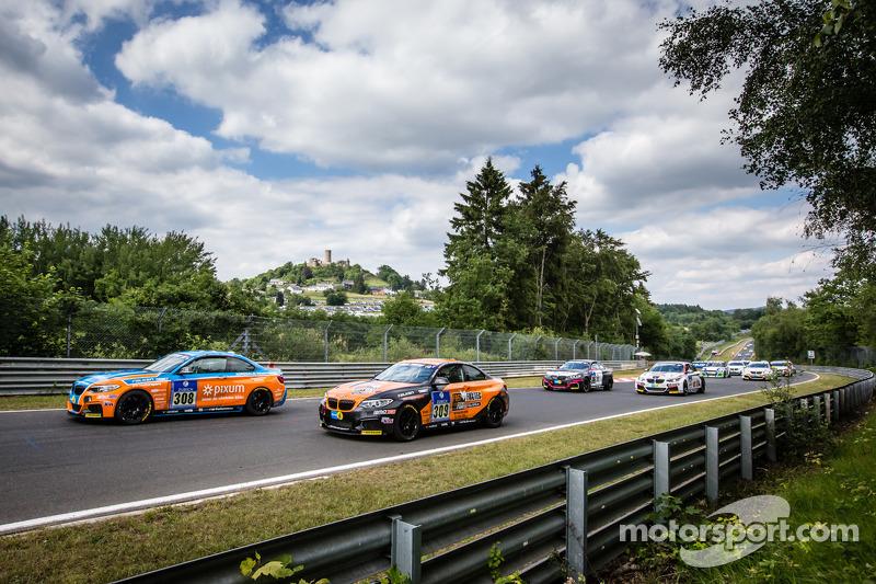 Via: #308 Adrenalin Motorsport BMW M235i Racing: Daniel Zils, Norbert Fischer, Uwe Ebertz, Timo Schupp e #309 Adrenalin Motorsport BMW M235i Racing: Guido Wirtz, Christopher Rink, Oleg Kvitka
