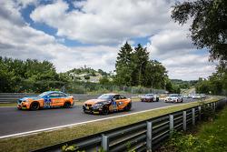 起步: #308 Adrenalin宝马车队 M235i Racing: Daniel Zils, Norbert Fischer, Uwe Ebertz, Timo Schupp,和#309 Adrenalin宝马车队 M235i Racing: Guido Wirtz, Christopher Rink, Oleg Kvitka