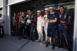 WRC i piloti in posa per le foto dopo aver giocato a football