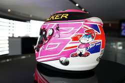Un casco rosa speciale per Jenson Button, McLaren, in ricordo del padre John Button